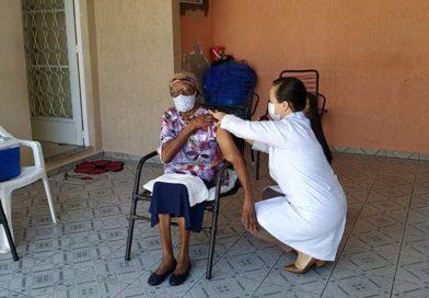 Moradora do Ouro Verde, de 106 anos, toma primeira dose da vacina